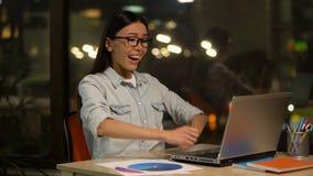 Ταχυδρομείο ανάγνωσης γυναικών στο lap-top για την επιχορήγηση ή την προώθηση, επιτυχές ξεκίνημα απόθεμα βίντεο