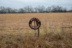 Ταχυδρομημένος κρατήστε έξω το σημάδι στο αγρόκτημα τομέων στοκ φωτογραφία με δικαίωμα ελεύθερης χρήσης