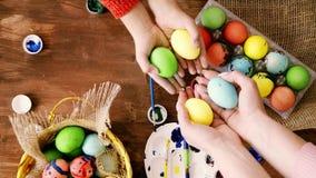 Τα αυγά Πάσχας εκμετάλλευσης Mom και κορών τους φέρνουν στο πλαίσιο της κάμερας απόθεμα βίντεο