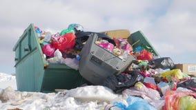 Τα απορρίματα είναι απόρριψη μερών σωρών, πολλές μαύρα απόβλητα πλαστικών τσαντών απορριμάτων στο κοινοτικό χωριό διάβασης πεζών, φιλμ μικρού μήκους