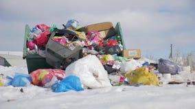 Τα απορρίματα είναι απόρριψη μερών σωρών, πολλές μαύρα απόβλητα πλαστικών τσαντών απορριμάτων στο κοινοτικό χωριό διάβασης πεζών, απόθεμα βίντεο