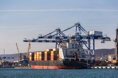 Τα εμπορευματοκιβώτια στο φορτίο στέλνουν στο βιομηχανικό θαλάσσιο λιμένα για τη ναυτιλία και λογιστικός, τους γερανούς και άλλο  στοκ εικόνα