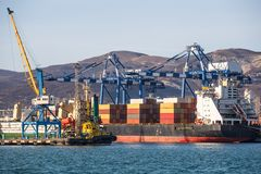 Τα εμπορευματοκιβώτια στο φορτίο στέλνουν στο βιομηχανικό θαλάσσιο λιμένα για τη ναυτιλία και λογιστικός, τους γερανούς και άλλο  στοκ εικόνες