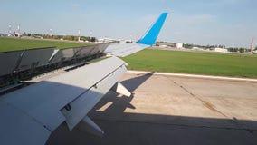 Τα εδάφη αεροπλάνων στον αερολιμένα Προσγείωση αεροπλάνων απόθεμα βίντεο