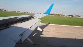 Τα εδάφη αεροπλάνων στον αερολιμένα Προσγείωση αεροπλάνων φιλμ μικρού μήκους