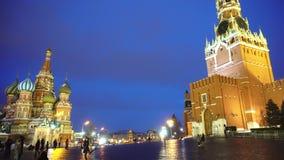 Τα ευτυχή κορίτσια παίρνουν τις εικόνες, πηδούν και έχουν τη διασκέδαση στην κόκκινη πλατεία, Κρεμλίνο, καθεδρικός ναός φιλμ μικρού μήκους