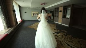 Τα ευτυχή newlyweds χορεύουν ένα βαλς σε ένα δωμάτιο με ένα όμορφο εσωτερικό σε ένα ξενοδοχείο απόθεμα βίντεο