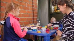 Τα κορίτσια παίζουν τη μάζα για τη διαμόρφωση φιλμ μικρού μήκους