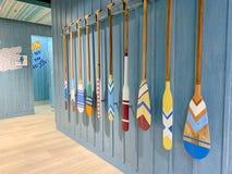 Τα κουπιά κανό ήταν decortion στον τοίχο διάβασης πεζών σε Blueport Departmentstore απεικονίζουν στον ποταμό και τη θάλασσα επειδ στοκ εικόνα με δικαίωμα ελεύθερης χρήσης