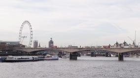 Τα λεωφορεία πηγαίνουν μετά από το μάτι και Big Ben του Λονδίνου στη γέφυρα του Βατερλώ φιλμ μικρού μήκους