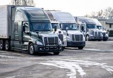 Τα μεγάλα μεγάλης απόστασης ημι φορτηγά εγκαταστάσεων γεώτρησης στέκονται στο χώρο στάθμευσης στάσεων φορτηγών για το υπόλοιπο οδ στοκ εικόνα με δικαίωμα ελεύθερης χρήσης