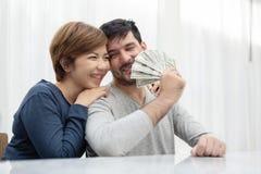 Τα νέα χρήματα εκμετάλλευσης ζευγών για αγοράζουν το καινούργιο σπίτι τους στοκ εικόνες