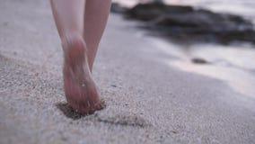 Τα ξυπόλυτα πόδια που περπατούν επάνω στέλνουν την εν πλω παραλία απόθεμα βίντεο