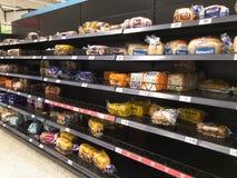 Τα ράφια ψωμιού σε μια υπεραγορά είναι κατά το ήμισυ κενά στοκ εικόνα με δικαίωμα ελεύθερης χρήσης