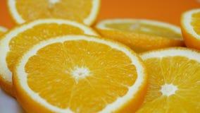 Τα φρέσκα τεμαχισμένα πορτοκάλι φρούτα περιστρέφονται φιλμ μικρού μήκους