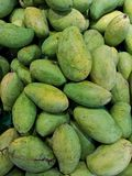 Τα φρέσκα φρούτα μάγκο συμπεριλαμβάνονται για την πώληση στις υπεραγορές στοκ φωτογραφίες με δικαίωμα ελεύθερης χρήσης