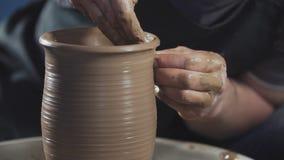 Τα χέρια δημιουργούν ήπια σωστά διαμορφωμένο χειροποίητο από τον άργιλο Ο αγγειοπλάστης δημιουργεί το προϊόν απόθεμα βίντεο