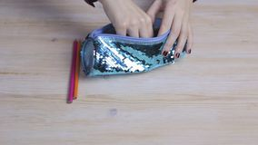 Τα χέρια παίρνουν τα μολύβια από μια περίπτωση μολυβιών bluebug απόθεμα βίντεο