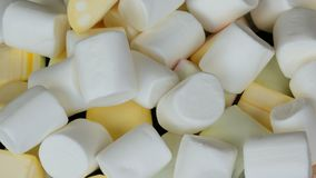 Τα χέρια παίρνουν τις πολύχρωμες μίνι marshmallow καραμέλες στην επιφάνεια καθρεφτών και ένα μαύρο υπόβαθρο Το πρόβλημα του διαβή απόθεμα βίντεο