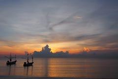 Τα χρώματα του ουρανού πρωινού με τις βάρκες στοκ εικόνα με δικαίωμα ελεύθερης χρήσης
