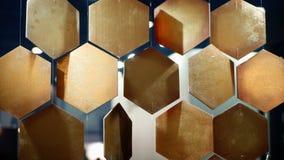 Τα χρυσά κύτταρα συμπαθούν το υπόβαθρο hoeycomb στοκ φωτογραφία με δικαίωμα ελεύθερης χρήσης