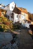 Τα πέτρινα εξοχικά σπίτια στον κόλπο Runswick, βόρειο Γιορκσάιρ δένουν, Αγγλία, UK στοκ εικόνες