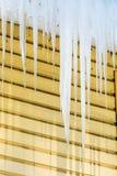 Τα παγάκια που κρεμούν από το πλαίσιο της στέγης στοκ εικόνα με δικαίωμα ελεύθερης χρήσης