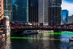 Τα πλήθη συλλέγουν κατά μήκος της γέφυρας οδών του Clark πέρα από έναν ποταμό του Σικάγου που είναι βαμμένος πράσινος στοκ εικόνες με δικαίωμα ελεύθερης χρήσης