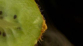 Τα Juicy φρούτα ακτινίδιων στην περικοπή και τον καπνό, η φρεσκάδα και η ψυχραιμία προέρχονται από το ακτινίδιο, κινηματογράφηση  φιλμ μικρού μήκους