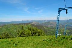 Τελική στάση μετά από να αναρριχηθεί στην κορυφή κοντά στον ανελκυστήρα φραγμών Μεσημεριανό γεύμα στη χλόη στην ηλιόλουστη ημέρα  στοκ φωτογραφία