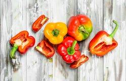 Τεμαχισμένα και ολόκληρα γλυκά πιπέρια στοκ φωτογραφίες