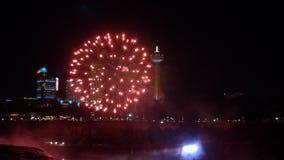 Τεράστια έκρηξη ΚΑΤΑΡΡΑΚΤΏΝ ΤΟΥ ΝΙΑΓΆΡΑ ΣΤΙΣ 17 ΑΥΓΟΎΣΤΟΥ 2018 του κόκκινου πυροτεχνήματος που φυσά - επάνω πέρα από τα κτήρια κα φιλμ μικρού μήκους