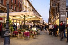 Τετραγωνικές βραδύτατες Cairoli και οδός μέσω του Dante στο Μιλάνο στοκ εικόνες