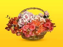 Τεχνητό λουλούδι σε ένα καλάθι στοκ εικόνες