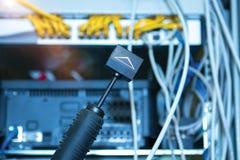 Τεχνολογία και επικοινωνία, γραφεία υπηρεσιών με τα συνδεδεμένα καλώδια, σκοινιά στοκ εικόνες