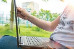 Τεχνολογία και επικοινωνία, εργασία στο πληκτρολόγιο με ένα lap-top υπαίθρια, στοκ φωτογραφία με δικαίωμα ελεύθερης χρήσης