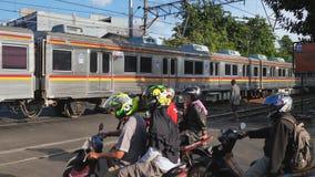Τζακάρτα, Ινδονησία - 15 Ιανουαρίου 2019: Intercity περάσματα τραίνων μέσω των οδών της πόλης απόθεμα βίντεο