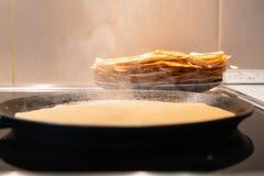 Τηγανητά τηγανιτών σε ένα τηγάνι η διαδικασία τις τηγανίτες σε μια ηλεκτρική σόμπα στοκ φωτογραφία με δικαίωμα ελεύθερης χρήσης