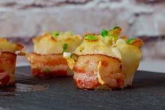 Τηγανισμένες πατάτες με τα κρεμμύδια και το εύγευστο γεύμα ορεκτικών τυριών μπέϊκον νόστιμο στοκ φωτογραφία με δικαίωμα ελεύθερης χρήσης