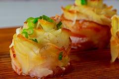Τηγανισμένη πατάτα με το τυρί, το μπέϊκον και τα πράσινα κρεμμύδια στοκ εικόνες