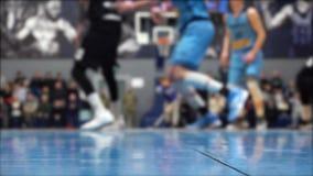 Τηλεοπτικός πυροβολισμός παιχνιδιών καλαθοσφαίρισης κατωτέρω, παίκτες από την εστίαση φιλμ μικρού μήκους