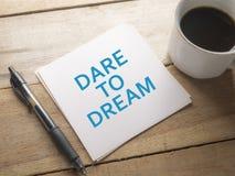 τολμήστε να ονειρευτείτε Έννοια τυπογραφίας λέξεων στοκ εικόνα