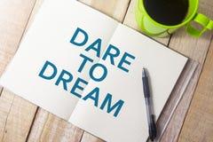 τολμήστε να ονειρευτείτε Έννοια τυπογραφίας λέξεων στοκ εικόνες με δικαίωμα ελεύθερης χρήσης
