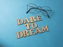 τολμήστε να ονειρευτείτε Έννοια τυπογραφίας λέξεων στοκ εικόνες