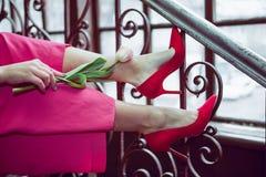 Τουλίπα στα πόδια ενός νέου κοριτσιού στοκ εικόνες με δικαίωμα ελεύθερης χρήσης