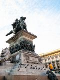 Τουρίστας σε Vittorio Emanuele ΙΙ άγαλμα το βράδυ στοκ φωτογραφίες