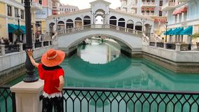 Τουρίστας στο λυκόφως της Βενετίας Doha απόθεμα βίντεο