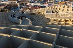 Τουρίστας που απολαμβάνει ένα ηλιοβασίλεμα από τα setas las στη Σεβίλη στοκ φωτογραφίες