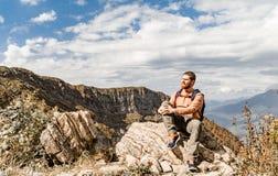 Τουρίστας που στηρίζεται στα βουνά στοκ φωτογραφίες