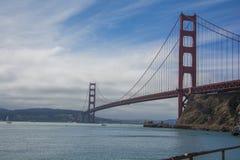 Του Σαν Φρανσίσκο όμορφα σύννεφα πυλών γεφυρών χρυσά στοκ εικόνες